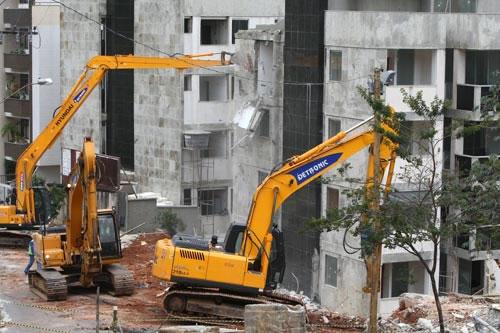 Começa a demolição de prédio no bairro Buritis